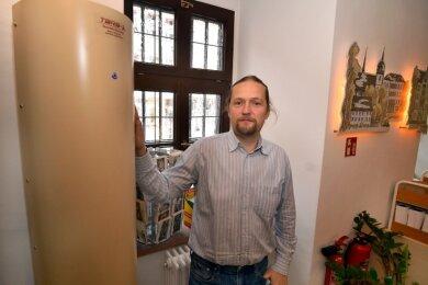 Holger Müller, Leiter des Fachbereichs Verwaltung, zeigt einen der drei neuen Luftfilter im Bürgerbüro im Rathaus Mittweida.
