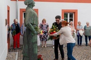 Am Denkmal für Clara Zetkin vor der Alten Dorfschule in Wiederau legten unter anderem Linken-Landesvorsitzender Stefan Hartmann und die Kreisvorsitzende Marika Tändler-Walenta Blumen nieder.