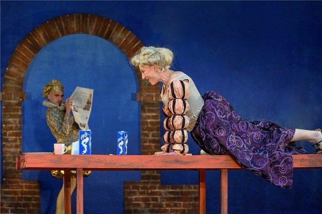 """Mit der Inszenierung """"Es war die Lerche"""" nach Ephraim Kishon hatte das Chemnitzer Theater bereits am 13. Juni auf der Küchwaldbühne seine Freilichtsaison - und damit seine Bühnenaktivitäten überhaupt - wieder aufgenommen: Ulrike Euen in der Rolle der Julia, Alexander Ganz als Shakespeare."""