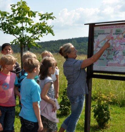 Beate Müller (rechts) ist eine der drei Kräuterpädagoginnen, die regelmäßig mit interessierten Wanderern auf dem Kräuterlehrpfad unterwegs sind. Hier mit Kindern aus der Grundschule Rothenkirchen.