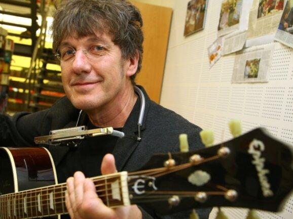 Lothar Becker greift zur Gitarre. Der Chef des Jugendhauses hat ein neues Musical geschrieben, in dem es drunter und drüber geht.