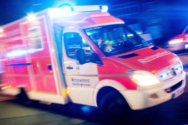 Ein Rettungswagen fährt mit Blaulicht zu einem Einsatz. Kommen im Erzgebirge dichter Verkehr oder eine Baustelle dazwischen, brauchen Notärzte und Rettungssanitäter regelmäßig länger als die vorgeschriebenen zwölf Minuten.