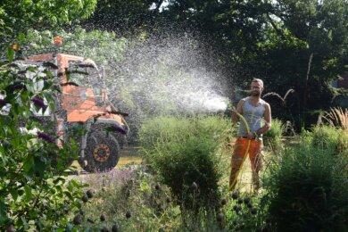 Bei der anhaltenden Trockenheit brauchen Bäume und Pflanzen im Stadtgebiet von Limbach-Oberfrohna Wasser. Bauhofmitarbeiter wie im Foto Sven Weber bewässern Pflanzen an der Großsporthalle. Der Unimog ist mit zwei 1000-Liter-Wassertanks bestückt.