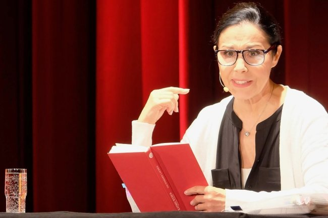 Katrin Weber ist regelmäßig zu Gast im Kulturhaus Aue. Neu war diesmal, dass die Sängerin und Kabarettistin nicht singt und spielt, sondern liest.