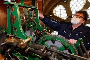 Kirchnerin Kathrin Schulze hat die Turmuhr von St. Nicolai in Aue wieder in Gang gesetzt.