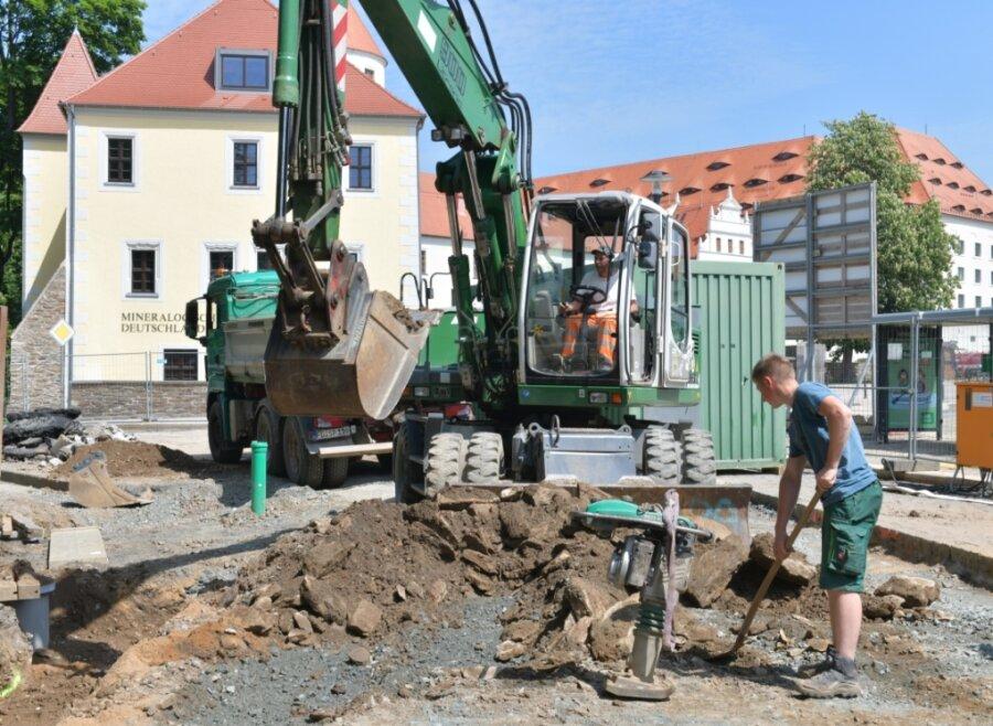 Baustelle Wallstraße in Freiberg: Mitarbeiter der Firma LSTW, Roberto Juricka und Florian Wunderlich (r.), bei der Abraumberäumung.