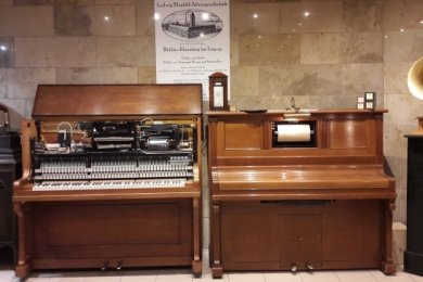 Selbstspielklaviere der Firma Hupfeld stehen im Musikkabinett von Jörg Einert.