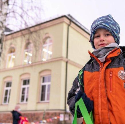 Seit Montag werden in die Grundschulen wieder Schüler unterrichtet. Auch für Kurt Fuhrmann aus Wiederau war es der erste Schultag nach Wochen.