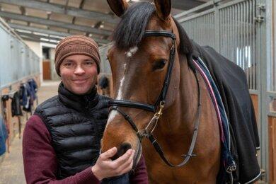 """Die Stute """"Genua"""" ist eines der Wettkampftiere von Matthias Lucas. Der Berufsreiter betreibt in Langenleuba-Oberhain ein Sportcenter, in dem er Pferde und Reiter ausbildet. Zum nächsten Turnier nach Warstein im Sauerland startet er diesen Freitag mit einem großen Mobil und fünf Vierbeinern."""
