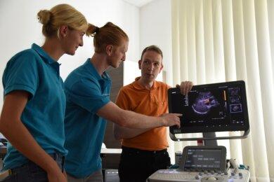 Telse Wagner und Markus Eberth studieren Medizin. Beide sind Teilnehmer der Sommerakademie. Am Mittwoch haben sie in Oelsnitz Torsten Pflug, Facharzt für Innere Medizin, über die Schulter geschaut.