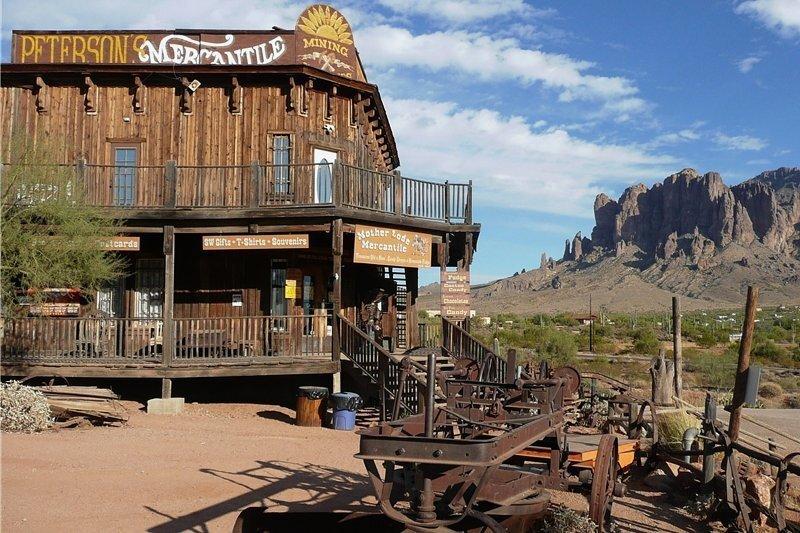 So stellt man sich den Wilden Westen vor: die wieder aufgebaute Geisterstadt Goldfield in Arizona. Die große Goldgräberzeit währte hier von 1892 bis zur großen Flut 1897. In dieser Zeit haben die Goldgräber drei Millionen Dollar gescheffelt.