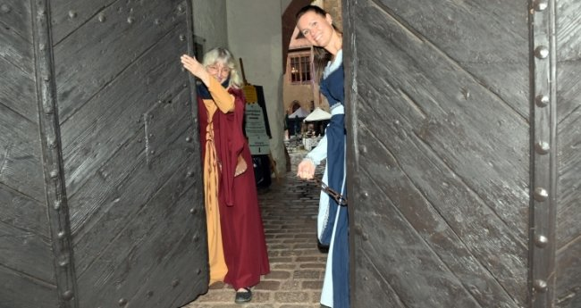 Hereinspaziert: Verwaltungschefin Susanne Tiesler (r.) und Gästeführerin Steffi Winkler öffneten das Tor der Burg Kriebstein für Besucher.