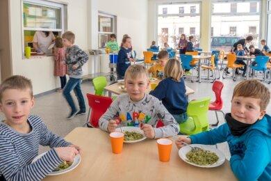 Im Erdgeschoss des am gestrigen Montag eingeweihten Anbaus an der Olbernhauer Grundschule befindet sich der Speiseraum, in dem bis zu 55 Schüler gleichzeitig ihr Essen einnehmen können.