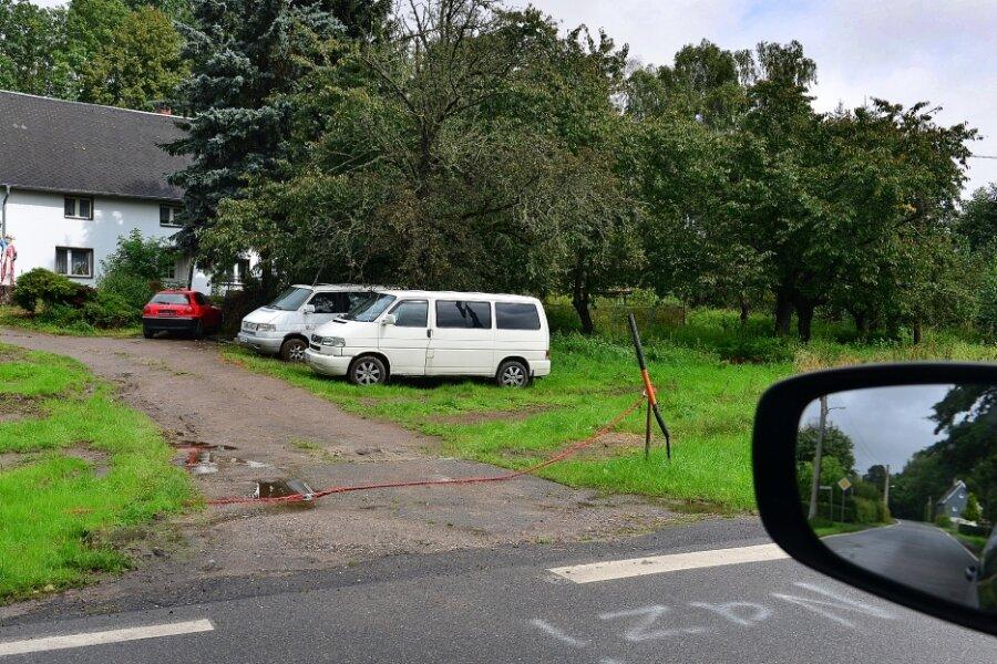 Das Umfeld des für einen Autohandel genutzten Grundstücks im Mittweidaer Ortsteil Frankenau ist weitgehend von alten Fahrzeugen beräumt, auch an der Kreisstraße stehen nicht mehr wie in den Jahren zuvor abgestellte Altfahrzeuge.