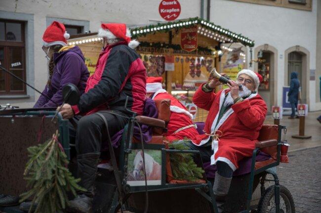 Mit einer Kutsche rollten die beiden Weihnachtsmänner durch Freiberg.