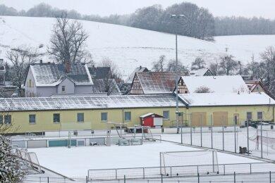 Das Leichtathletikzentrum in Stangendorf im Winterschlaf. Wenn Fördermittel fließen, soll der alte Sanitärtrakt (rechts) abgerissen und ein zweistöckiger Neubau errichtet werden.