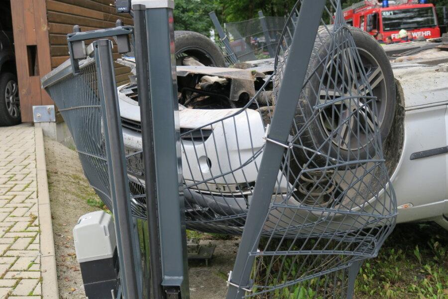Auto überschlägt sich in Raschau-Markersbach - Fahrer flüchtet