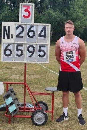 Steven Richter neben der Tafel, die den Rekord anzeigt.