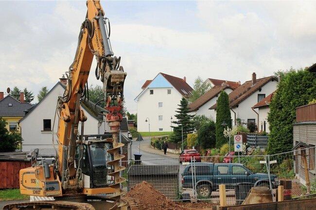 Im Wohnpark am Birkenweg in Mechelgrün laufen die Bauarbeiten zur Verlegung einer Druckleitung.
