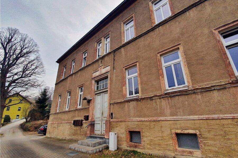 Auch in der alten Schule von Waldkirchen stehen mehrere Wohnungen leer. Dort bietet sich laut Gemeinde im Fall einer Sanierung die Alternative an, zwei zu einer größeren Wohnung zusammenzufügen.
