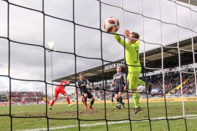 Ronny König (l.) trifft zum 1:0 für Zwickau gegen Aalens Torhüter Daniel Bernhardt.
