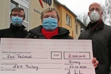 Awo-Geschäftsführer Jörg Lehmann und die Mitglieder des Rotary Clubs Freiberg, Andrea Riedel und Helmut Mischo (v.l.), bei der Spendenübergabe.