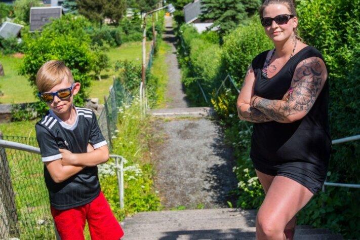 Enzo Brandt und seine Mutter Jennifer Brandt ärgern sich über den Zustand der Himmelsleiter.