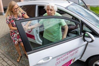 Zu den von Monja Kruschwitz betreuten Seniorinnen gehört Susanne Merkel. Gemeinsam wird eine Fahrt zum Arzt absolviert.Foto: David Rötzschke