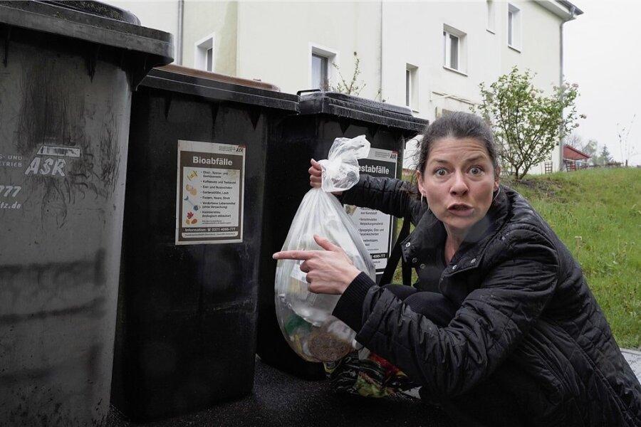 """Isabelle Weh ist Müllfrevlern auf der Spur - in """"Stücken aus dem halben Leben"""" nach Texten von Fitzgerald Kusz. Das Fritz-Theater präsentierte die Premiere am Samstag auf Zoom."""