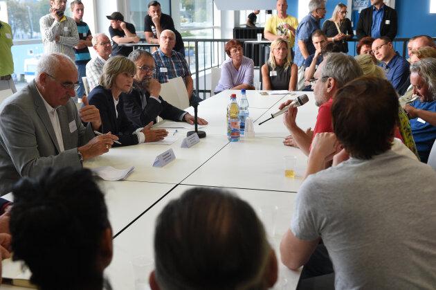 Handwerkskammer-Ehrenpräsident Dietmar Mothes, OB Barbara Ludwig und Pfarrer Stefan Brenner (von links) im Gespräch mit Chemnitzer Bürgern.
