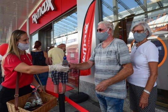 Bei Temperaturen um 30 Grad hat die Modekette TK-Maxx am Donnerstag eine Filiale im Chemnitz-Center eröffnet. Kunden erhielten in der Warteschlange Wasserflaschen zur Abkühlung.