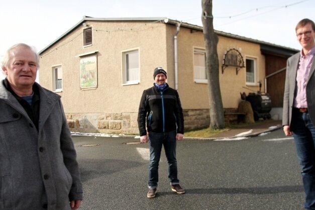 Gunter Faber (links) aus dem Geflügelzüchter- und Heimatverein Alberoda freut sich wie Ortsvorsteher Karsten Wilhelm (rechts) in schweren Zeiten über die Unterstützung, die unter anderem durch das Familienunternehmen von Franz Dumcke kommt.