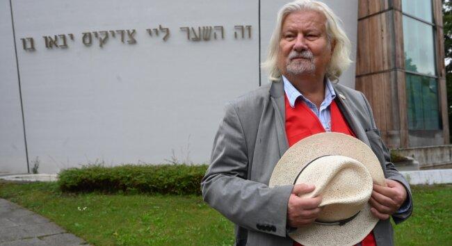 Egmont Elschner, Cheforganisator der Chemnitzer Tage der jüdischen Kultur, vor der Synagoge an der Stollberger Straße.