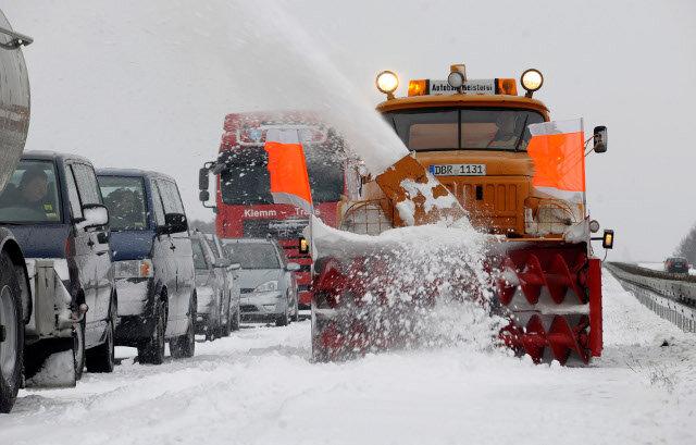 Heftiger Schneefall und stürmischer Wind haben in Mecklenburg-Vorpommern auf zahlreichen Straßen und Gleisen den Verkehr blockiert.