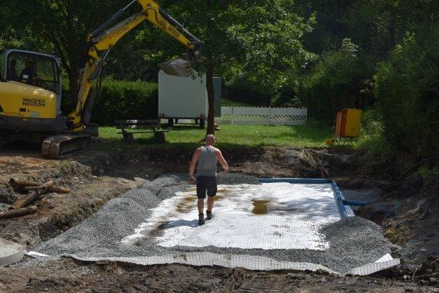 Anstelle eines alten Planschbeckens entsteht im Naturbad der neue Wasserspielplatz. Derzeit wird an den Fundamenten gearbeitet.