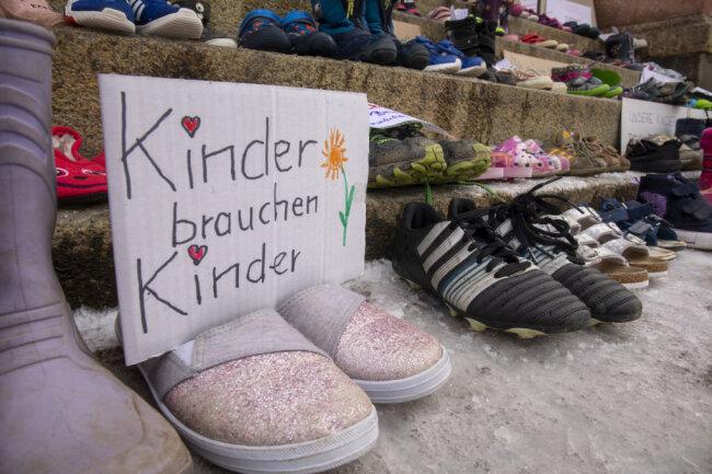 Kinderschuhe vor dem Rathaus in Zwönitz