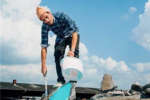 """Fynn Kliemann auf seinem Bauernhof. Die Farbe spielt auf das Cover von """"Nie"""" an"""