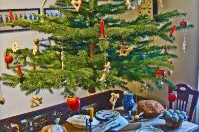 Es kommt heute kaum noch vor, dass der Weihnachtsbaum an die Decke gehängt wird.