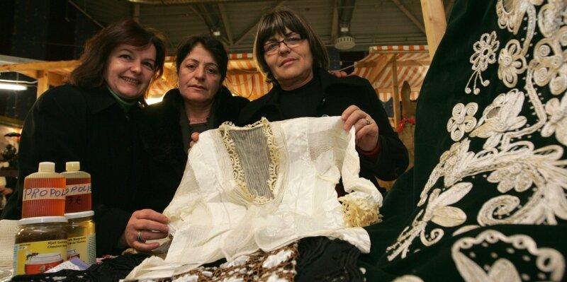 """<p class=""""artikelinhalt"""">Erstmals auf dem Europäischer Bauernmarkt in Plauen: Veprore Shehu, Zejmete Dylatahu, Gjyle Hysemi (von links) aus dem Kosovo. Sie bieten Kleidung mit traditionellen Elementen ihrer Heimat und auch Leckereien wie Honig an.</p>"""