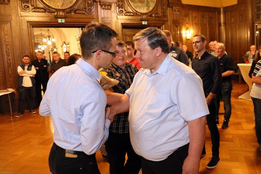 Stefan Czarnecki (l.) gratuliert seinem Herausforderer Sören Kristensen.