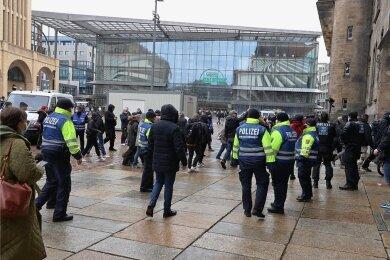 Auf dem Neumarkt hatten sich am Nachmittag mehrere Personengruppen versammelt. Die Polizei löste die Zusammenkünfte auf. Insgesamt sei die Lage ruhig, hieß es am späteren Nachmittag.