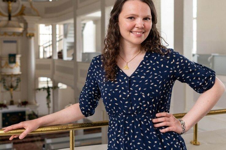 Anja Förster in der Lunzenauer Kirche. Die junge Frau ist die neue Pfarrerin im Ort. Sie hat ihr Vikariat in Niederlichtenau gemacht.