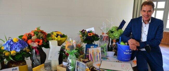 Ralf Schreiber mit den Geschenken zum 60. Geburtstag.