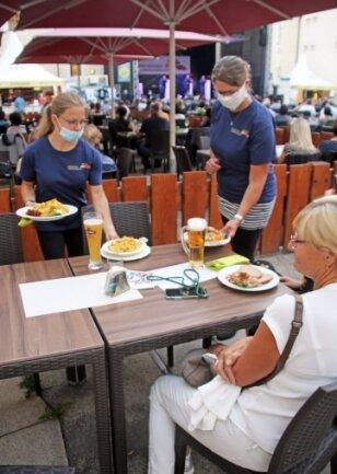 Hannah Richter (l.) und Franziska Jung bedienen Gäste während der Freiberger Sommernächte.