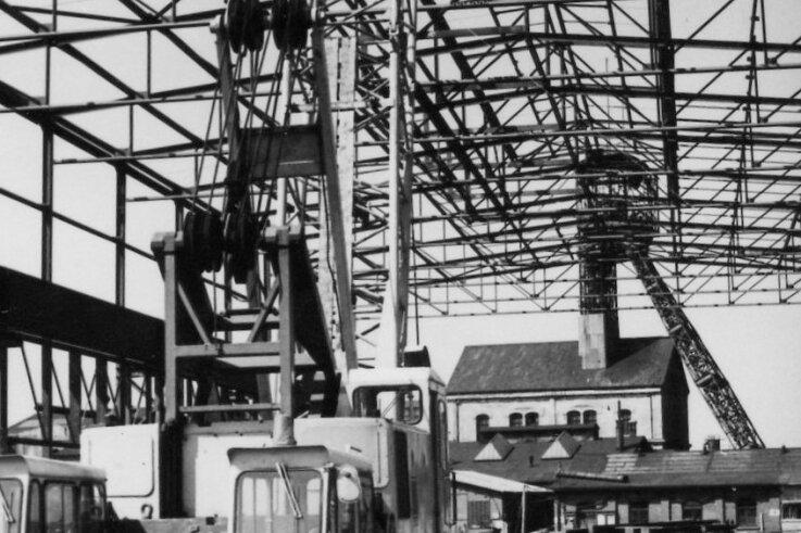 Bau der Montagehalle im Jahr 1969. Im Hintergrund stehen noch der Förderturm, das Schachtgebäude und davor der Zimmerschuppen vom Holzplatz.