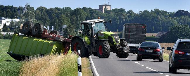 Der Anhänger eines Traktors ist am Dienstag gegen 9 Uhr auf einem Feld an der Staatsstraße zwischen Ottendorf und Mittweida umgekippt.