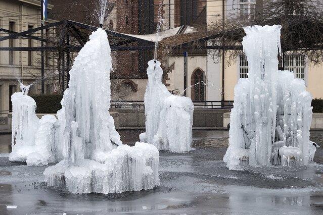 Der Fasnachtsbrunnen (auch Tinguely-Brunnen) auf dem Theaterplatz in Basel ist nach der bisher kältesten Nacht der aktuellen Wintersaisonam teilweise vereist.