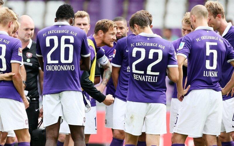 Routinier Michael Fink (Mitte) spielte zwar nicht, er schwörte die Mannschaft unmittelbar nach dem 0:3 aber schon mal wortgewaltig auf die schweren Zeiten im Erzgebirge ein.