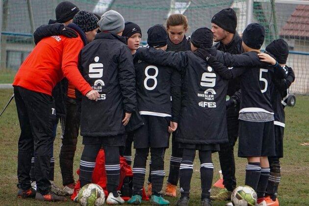 Beim Training der E-Junioren: Co-Trainer Tino Ludwig (in Rot), Trainer André Matthes (Dritter von rechts).