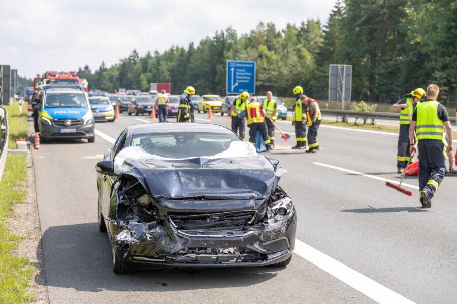 Auffahrunfall auf A72: Hoher Sachschaden und zwei Schwerverletzte
